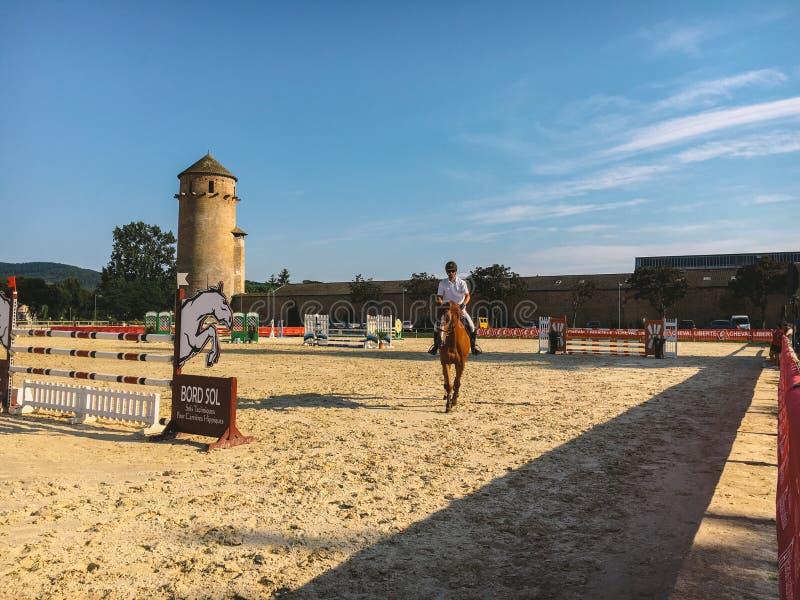 Lipiec 18, 2017 Francja miasta Cluny region Burgundy: Rywalizacje w końskiej jazdie Mężczyzna na horseback przejażdżkach obraz stock