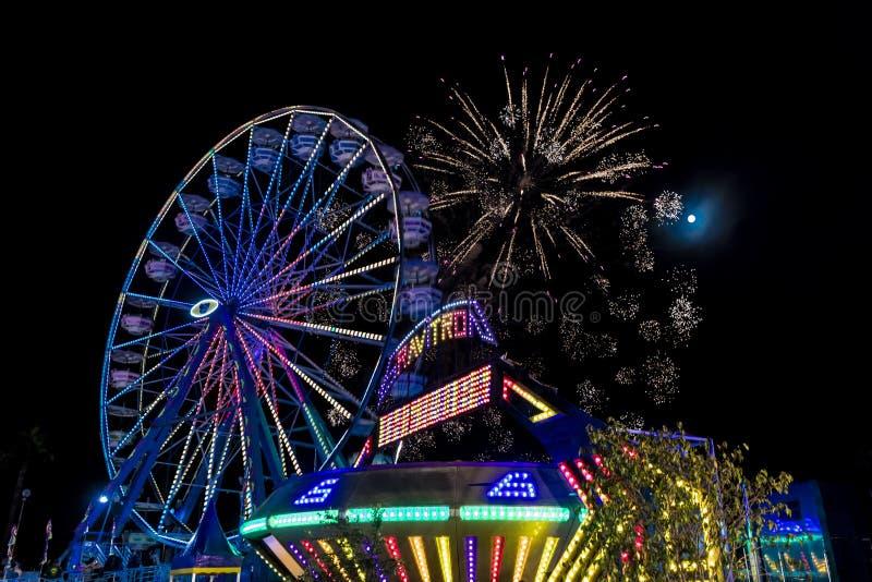Lipiec 18 i fajerwerki przy, 2017 VENTURA KALIFORNIA - Iluminujący ferris koło z neonowymi światłami Zabawa, koło obrazy royalty free