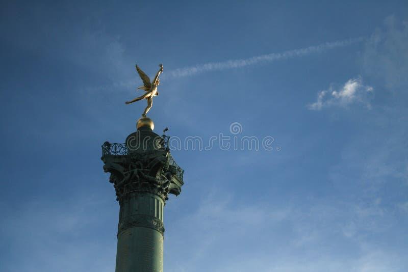 Lipiec Kolumna Colonne De Juillet z swój ikonową rzeźbą Krasnoludek De Los angeles Liberte Auguste Dumont na Bastille kwadracie, fotografia royalty free