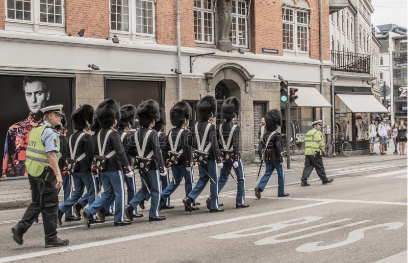 Lipiec 9 2018 - Królewscy strażnicy na ulicach Kopenhaga w Kopenhaga kłoszeniu zmieniać strażnika przy pałac królewskim w Amalien fotografia stock