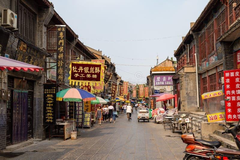 Lipiec 2016 mała ulica która biega przez antycznego miasta Luoyang - Luoyang, Chiny - zdjęcie royalty free