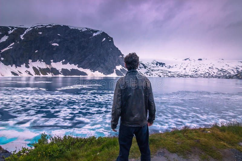 Lipiec 24, 2015: Podróżnik w zimnym norweskim pustkowiu, Norwegia zdjęcie stock