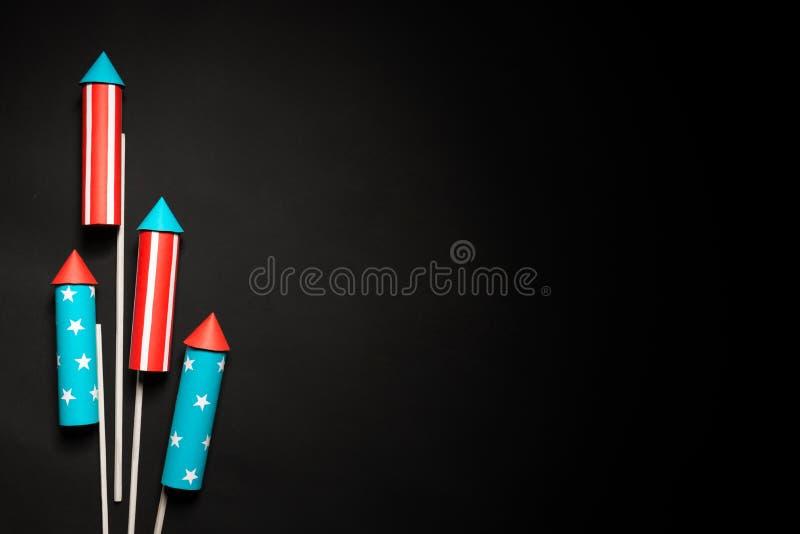 Lipiec 4, rakiety dla fajerwerków na błękitnej czerwieni tle z przestrzenią dla teksta w stylu minimalizmu zdjęcie stock