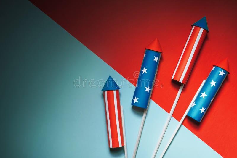 Lipiec 4, rakiety dla fajerwerków na błękitnej czerwieni tle z przestrzenią dla teksta w stylu minimalizmu obrazy royalty free