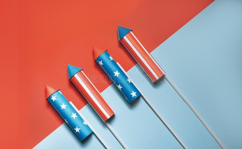 Lipiec 4, rakiety dla fajerwerków na błękitnej czerwieni tle z przestrzenią dla teksta w stylu minimalizmu obrazy stock