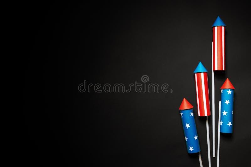 Lipiec 4, rakiety dla fajerwerków na błękitnej czerwieni tle z przestrzenią dla teksta w stylu minimalizmu zdjęcie royalty free