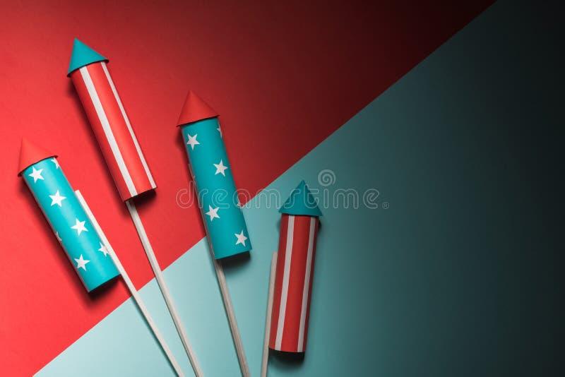 Lipiec 4, rakiety dla fajerwerków na błękitnej czerwieni tle z przestrzenią dla teksta w stylu minimalizmu zdjęcia royalty free