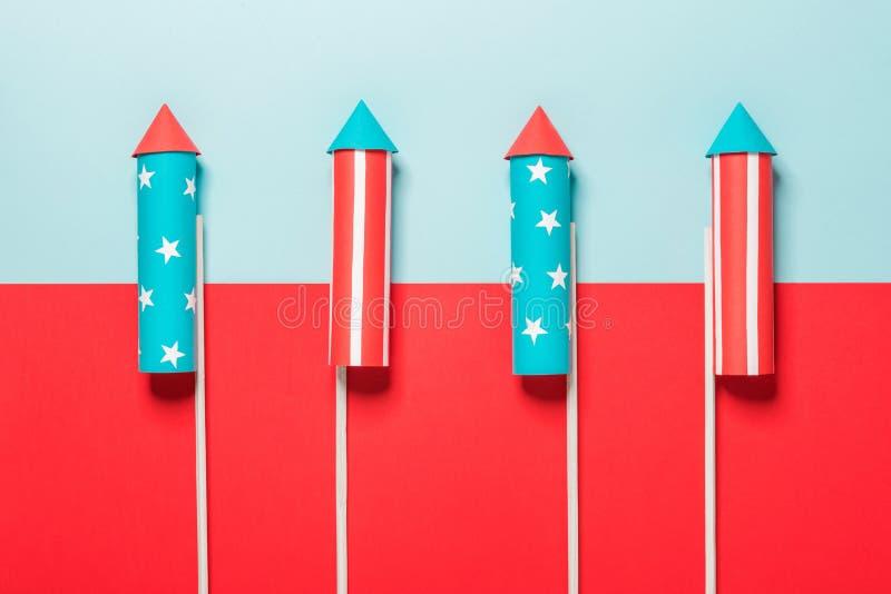 Lipiec 4, rakiety dla fajerwerków na błękitnej czerwieni tle z przestrzenią dla teksta w stylu minimalizmu zdjęcia stock