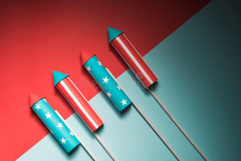 Lipiec 4, rakiety dla fajerwerków na błękitnej czerwieni tle z przestrzenią dla teksta w stylu minimalizmu fotografia stock