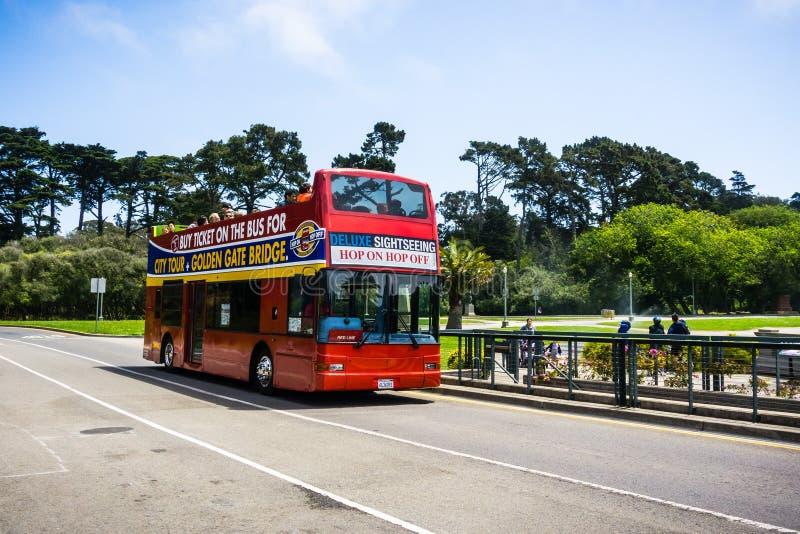 Lipiec 20, 2018 San Francisco, CA, usa/- chmiel na chmielu z Dwoistego Decker miasta wycieczki autobusowej bierze turystów przez  zdjęcie royalty free