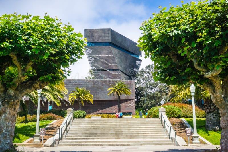 Lipiec 20, 2018 San Francisco, CA /USA/- kroki iść w kierunku De Potomstwo Muzeum budynku i wierza widocznych w tle, obraz stock