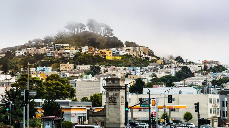 Lipiec 4, 2019 San Francisco, CA, usa/- Miastowy krajobraz w zmierzchu okręgu na chmurnym i mgłowym dniu; rzędy domy budujący obraz stock