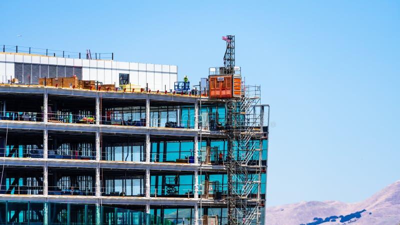 Lipiec 19, 2019 Sunnyvale, CA, usa/- szczegół w budowie nowożytny budynek biurowy; widoczni stalowej ramy i metalu schodki; obraz stock