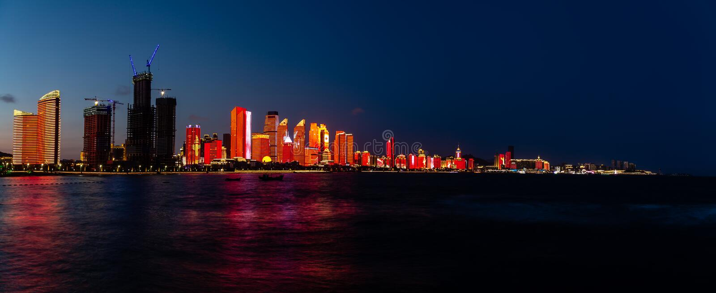 Lipiec 2018 tworzył dla SCO szczytu nowy lightshow Qingdao linia horyzontu - Qingdao, Chiny - fotografia stock