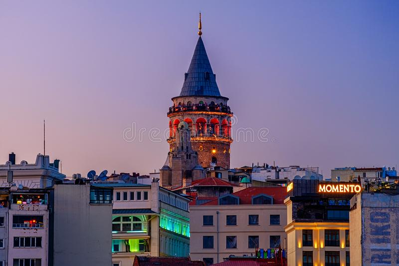Lipiec 20, 2018, zmierzch w Istanbuł, Turcja Noc widok Galata wierza obraz royalty free