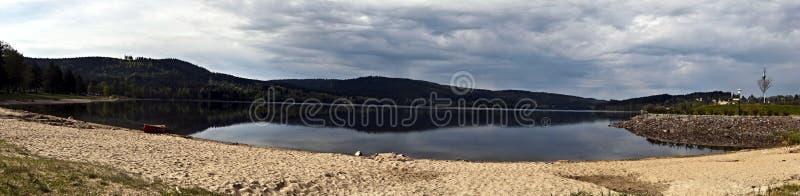 Lipno与独木舟、沙滩和小山的水库全景  库存图片