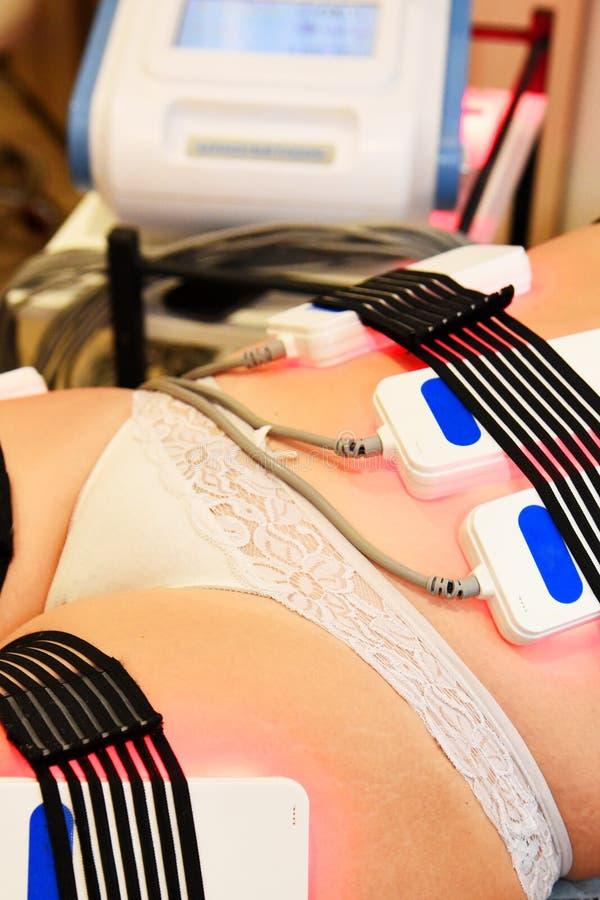 Lipo Laser Hardware Cosmetology Frauenfuß im Wasser Nicht chirurgischer sculpting Körper umreißende Behandlung des Körpers, AntiC stockfotografie
