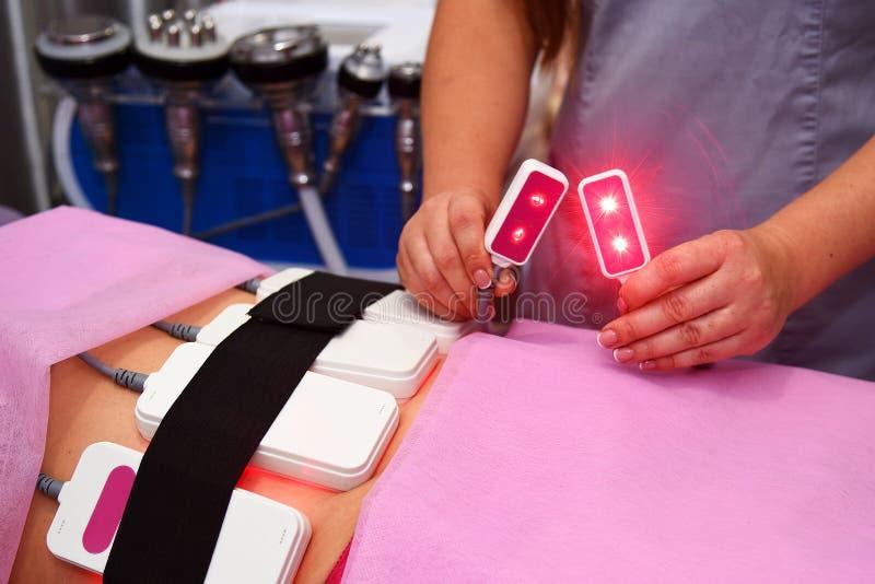 Lipo Laser Hardware Cosmetology Frauenfuß im Wasser Nicht chirurgischer sculpting Körper umreißende Behandlung des Körpers, AntiC lizenzfreies stockfoto