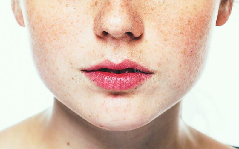 Lippen en portret van de de sproet het gelukkige jonge mooie studio van de neusvrouw met gezonde huid royalty-vrije stock foto