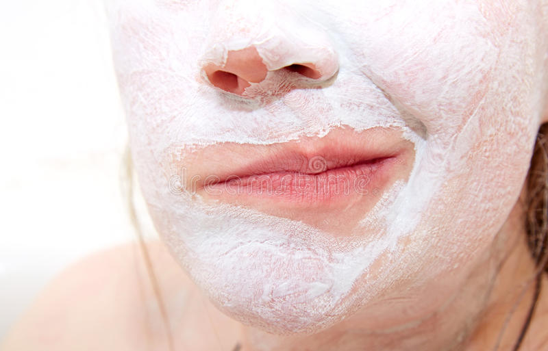 Lippen met een ontevredenheidsgrimas met de gesmeerde witte klei  royalty-vrije stock afbeeldingen