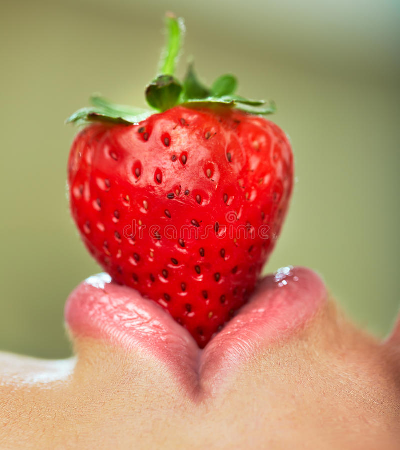 Lippen mit Erdbeere stockbilder