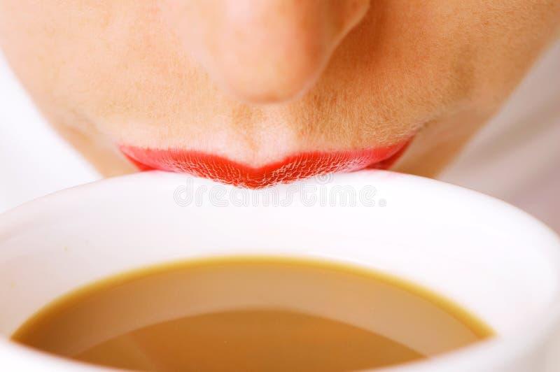 Lippen op kop van koffie met melk royalty-vrije stock afbeelding