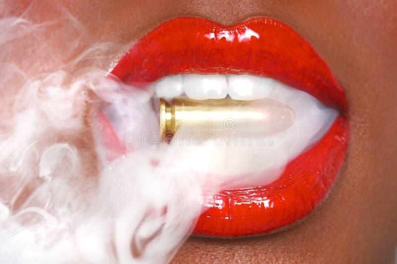 Lippen van een Vrouw met een Kogel en een Rook stock fotografie