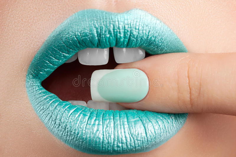 Lippenclose-up en manicure stock fotografie