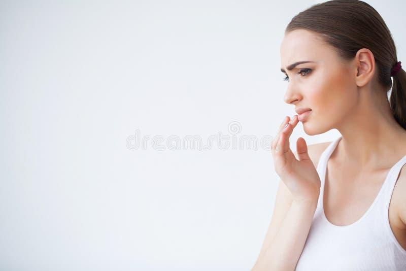 Lippenpijn Sluit omhoog portret van jong mooi peinzend meisje binnen stock afbeelding