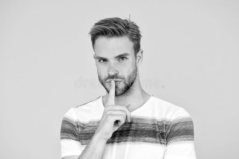 Lippenstich Der Versuch, es geheim zu halten Geheime Spion oder Agent mit Stille Geste auf gelbem Hintergrund Handsome stockfoto