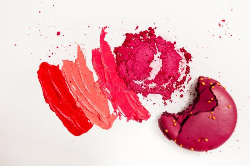 Lippenstift en lipgloss, dalingen en slagen van verschillende schaduwen om verschillende beelden in make-up tot stand te brengen stock foto