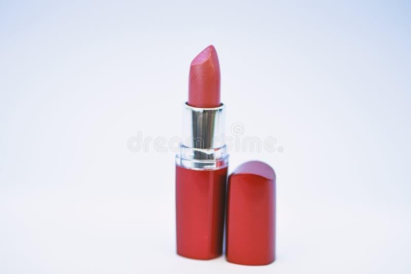 Lippenstift f?r Fachmann bilden Hinzuf?gen etwas Glanzes Lippen Lippensorgfaltkonzept Lippenstift auf wei?em Hintergrund Wasser lizenzfreies stockbild