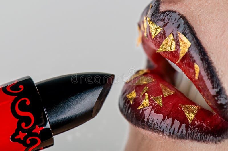 Lippenstift mit der Lippe