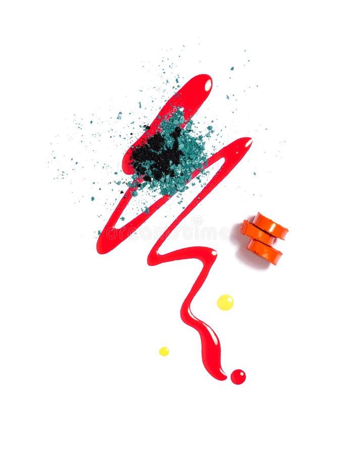 Lippenstift, Nagellack, zerschmetterte Lidschatten stockbild