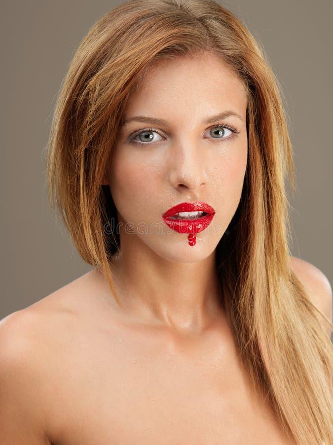 Lippenstiftbetrieb der jungen Frau des Portraits roter lizenzfreie stockbilder