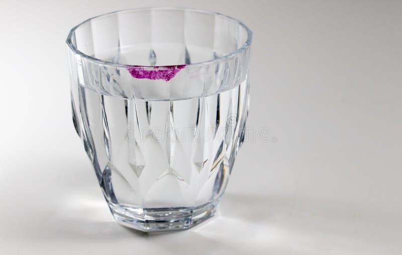 Lippenstiftspoor op het glas stock foto