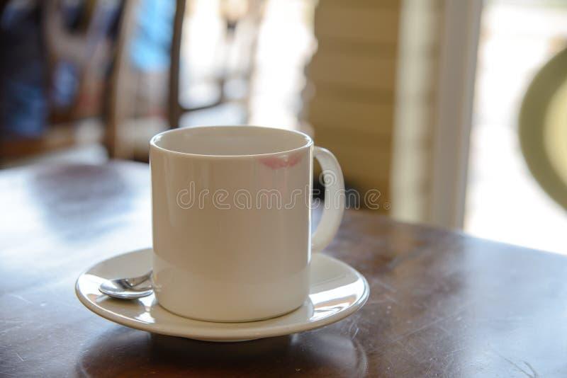 Lippenstiftvlek van een vrouw op ceramische koffiekop stock foto