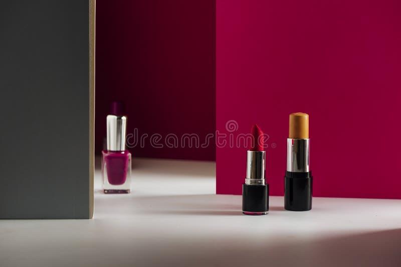 Lipstick, bar Concealer en zeefreefjes op een moderne roze achtergrond Product en cosmetica stock afbeeldingen