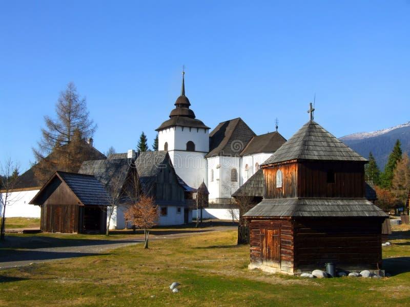 Liptov村庄博物馆的早期的哥特式教会在Pribylina,斯洛伐克 库存图片