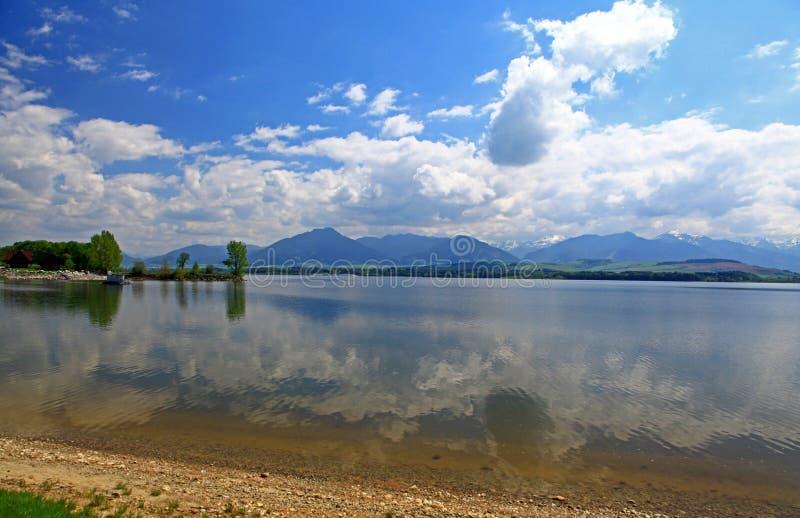 Liptovska Mara - le bassin dans la région Liptov photos stock