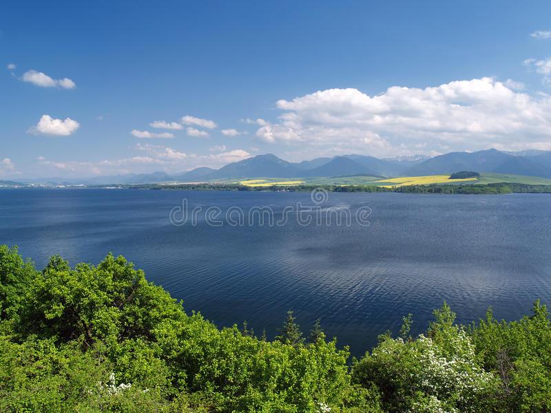 Liptovskamara meer, Liptovsky Trnovec en Krivan stock foto's