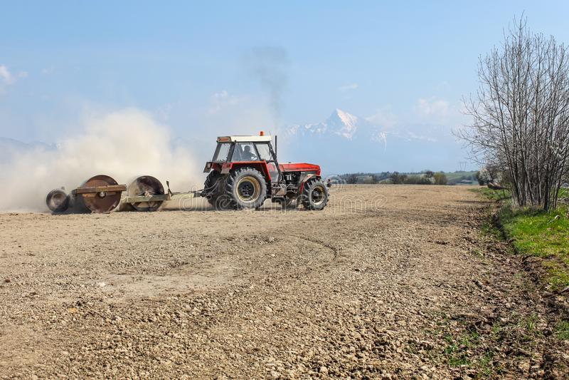 Liptovsky Hradok, Slowakije - April tweeëntwintigste, 2018: Tractor die h trekken stock afbeelding
