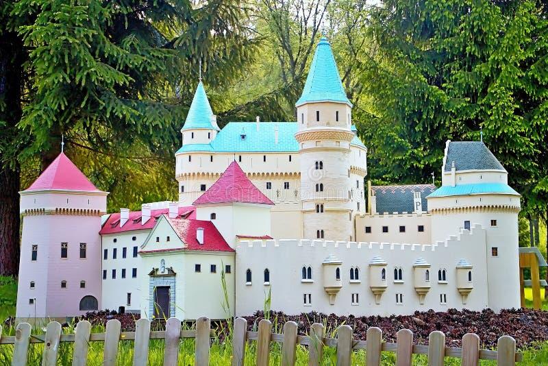 Liptovsky Januari, Slovakien - Maj 28 2017: Miniatyr av den Bojnice chateauen i förhållandet 1: 25 härliga slovakia royaltyfria bilder
