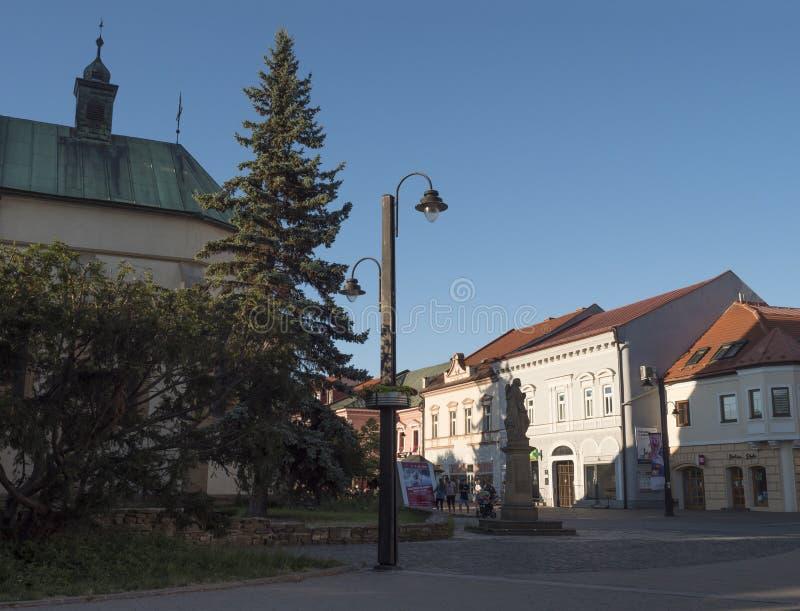 LIPTOVSKY MIKULAS, LIPTOV, SLOVAKIEN, Juli 4, 2019: Fot- zon och byggnader i centret av Liptovsky Mikulas arkivfoton