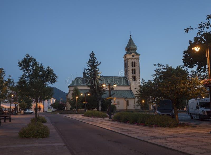 LIPTOVSKY MIKULAS, LIPTOV, SLOVAQUIE, le 4 juillet 2019 : Vue à la place principale avec le parc et aux bâtiments au centre de la photos libres de droits