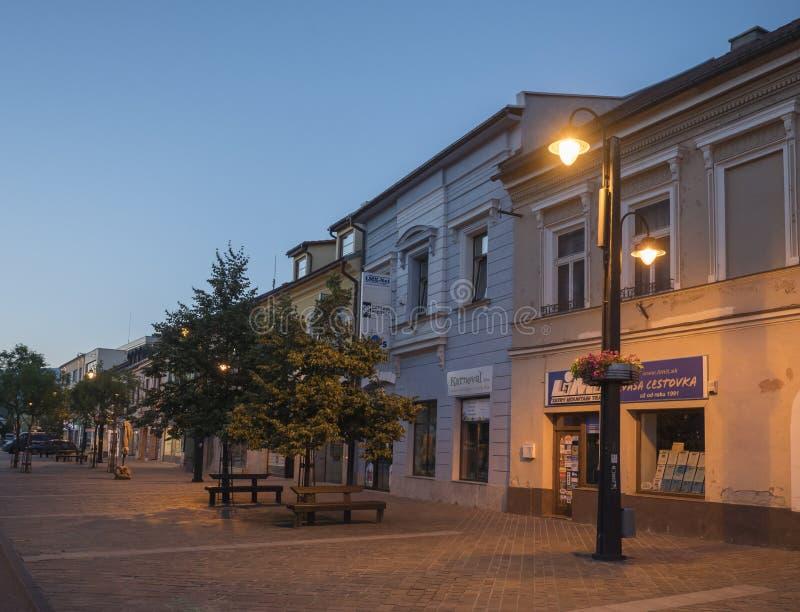 LIPTOVSKY MIKULAS, LIPTOV, SLOVAQUIE, le 4 juillet 2019 : Zone piétonnière et bâtiments au centre de la ville de Liptovsky Mikula photos stock