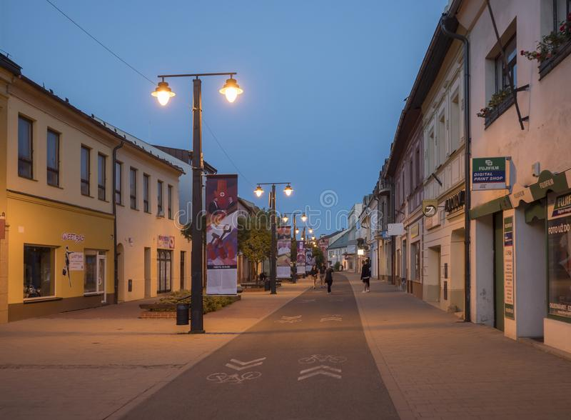 LIPTOVSKY MIKULAS, LIPTOV, SLOVAQUIE, le 4 juillet 2019 : Zone piétonnière et bâtiments au centre de la ville de Liptovsky Mikula photos libres de droits