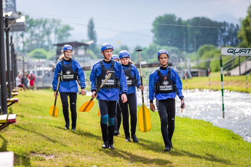 Liptovsky Mikulas/Slovakien - Juni 22, 2019: en grupp av barn får klar för rafting av utbildningskurs arkivfoton