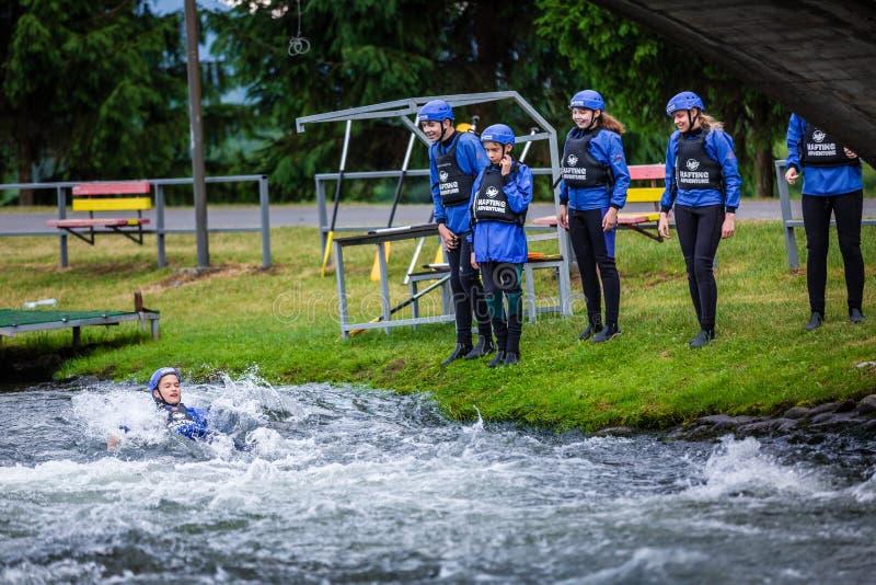 Liptovsky Mikulas/Slovakien - Juni 22, 2019: en grupp av ungdomarbadet med flytvästar på rafting av utbildningscentret arkivbilder