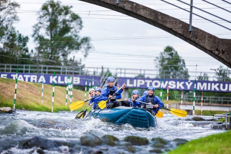 Liptovsky Mikulas/Slovakien - Juni 22, 2019: en grupp människor som gör rafting på utbildningscentret royaltyfri fotografi